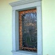 Ročno kovana mreža na oknu